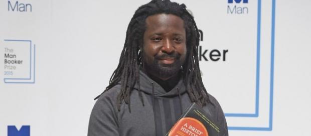 Marlon James posando con su premiada novela