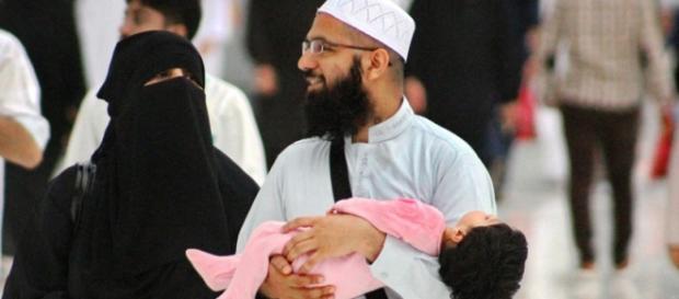 Una coppia di musulmani con la figlia in braccio