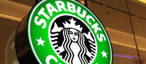 Una tipica insegna di Starbucks