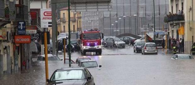 Auto sommerse e strade completamente allagate