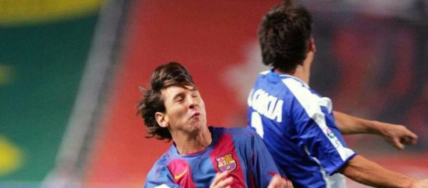 Messi disputando un balón dividido