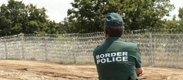 Poliziotto Bulgaro di pattuglia alla frontiera.