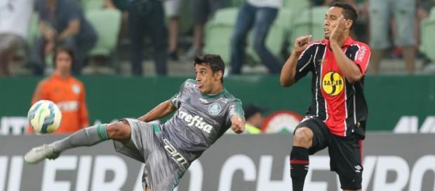 Robinho, que não pegou a Ponte, briga pela bola