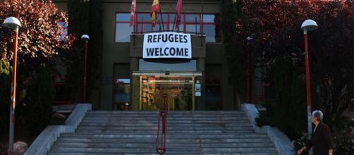 Cartel de bienvenida a los refugiados.Ayuntamient.