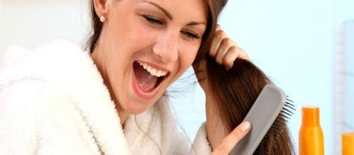 Una chica cepillandose el pelo