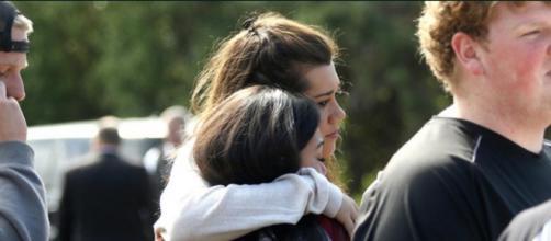 Dos jovenes estudiantes lloran por sus compañeros