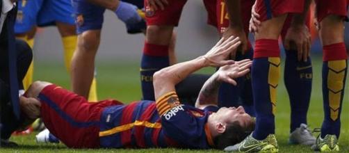 Messi rodeado por sus compañeros