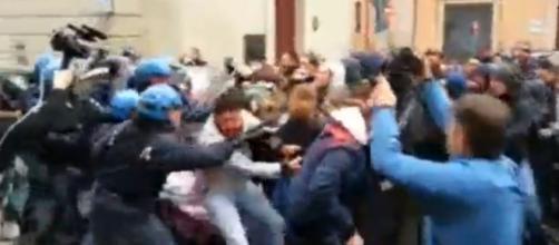 Scontri a Bologna studenti scuola-Polizia