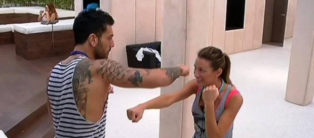 Alessandro e Valentina all'interno della casa.