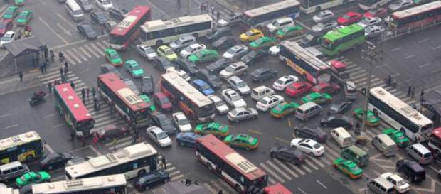 Cina: molti non rispettano il codice della strada.