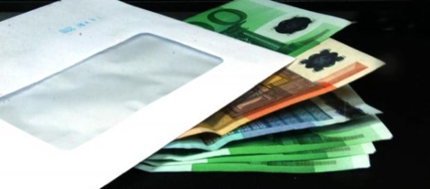 Una mazzetta di banconote di grosso taglio