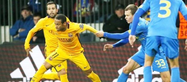 Neymar jugando el esférico durante el partido