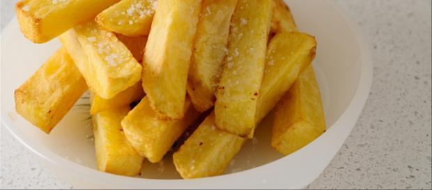 Plato de patatas fritas con sal