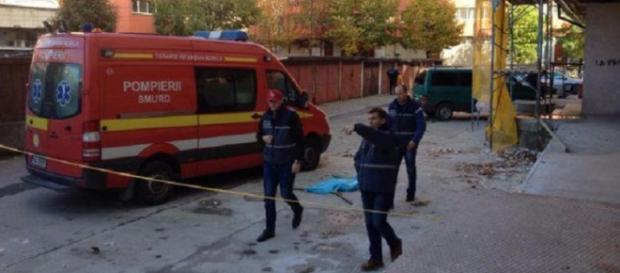 Un copil de două luni a fost aruncat pe geam