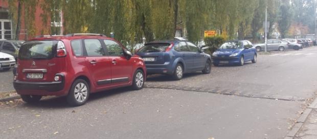 Przykład parkowania blokującego ruch dwukierunkowy