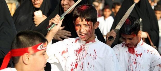 Tinerii musulmani îşi provoacă răni