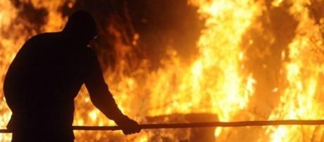 Brigadista tentando apagar um incêndio na floresta