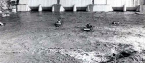 Camiones y obreros tragados por aguas sin control.