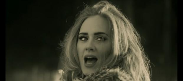 "Adele w teledysku ""Hello"" (screen / youtube)"