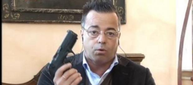 Gianluca Buonanno estrae la pistola in diretta.