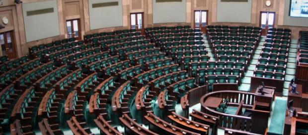 Puste ławy sejmowe czekają na nowych posłów
