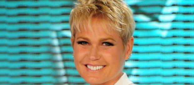 Xuxa sorrindo no intervalo do seu programa!