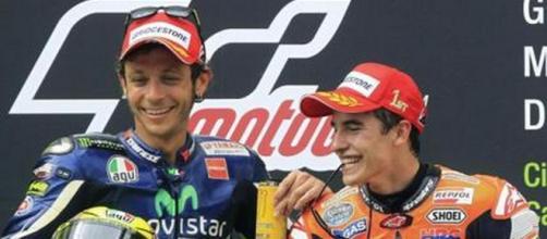 Durissimo scontro fra Rossi e Marquez