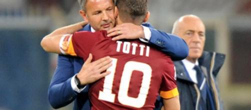 Mihajlovic e Totti si abbracciano