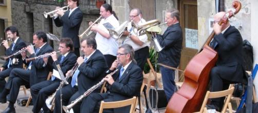 Orquesta con diversos instrumentos musicales