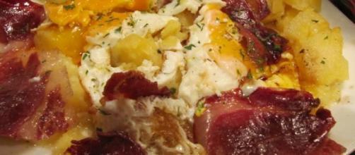 Patatas a lo pobre con jamón y huevo