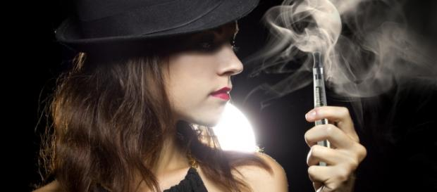 Fotilia: © Innovated Captures / woman vaping...