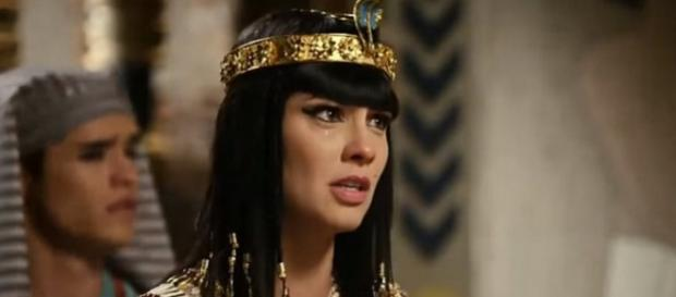 Nefertari diz que ama Moisés e leva tapa