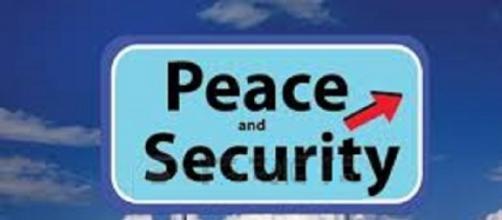 """Segnale con la scritta """"Pace e Sicurezza"""""""