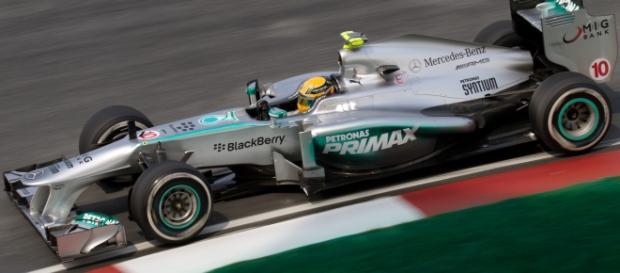 Hamilton durante el transcurso de una carrera