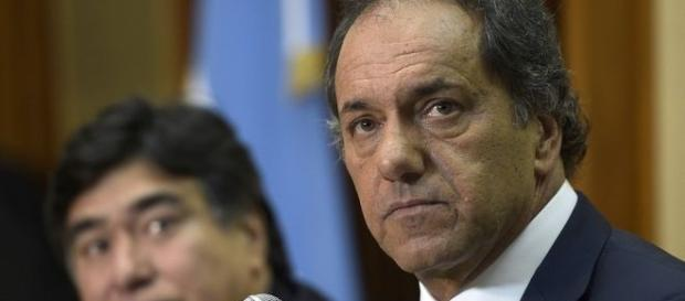 Preocupado, Scioli convocó a un debate