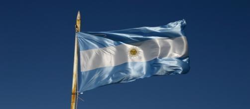 Bandera argentina ondeando en el mástil
