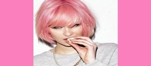 Chica con el cabello rosa pastel