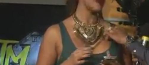 Enrique Tovar toca un seno a Tania Reza