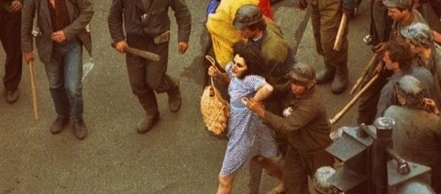 Femeia în rochie albastră a rupt tăcerea