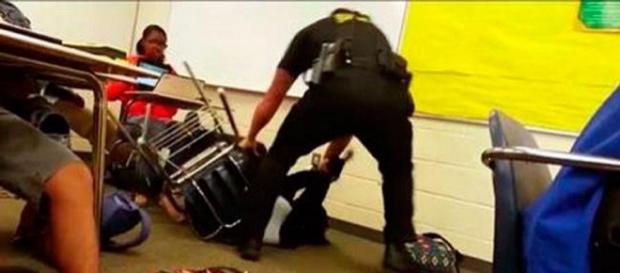 Policial agride menina negra em sala de aula.