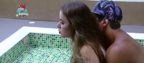 Douglas conseguiu roubar um beijo de Rayanne