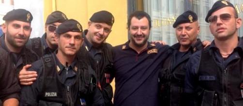 Matteo Salvini con un gruppo di poliziotti