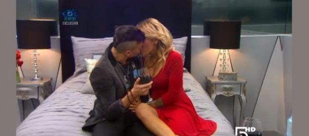 Chile besando a Paula en Big Brother