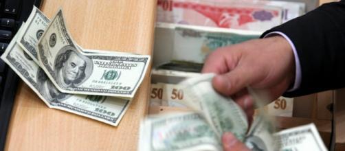 Dólar apresenta queda e fecha a R$ 3,85