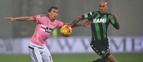 Mandzukic in un contrasto con Cannavaro