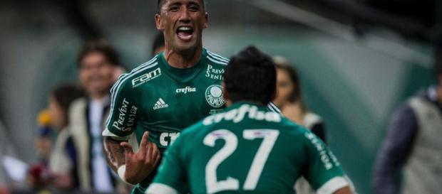 Lucas Barrios marca os dois gols do Palmeiras