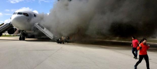 Pasajeros bajaban del avión en pleno incendio