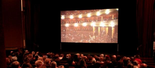 Público en la sala de cine del Teatro Colón.