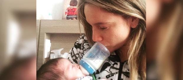 Apresentadora alimenta seu recém-nascido