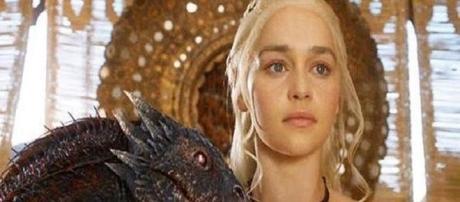 Emilia Clarke en un fotograma de la serie